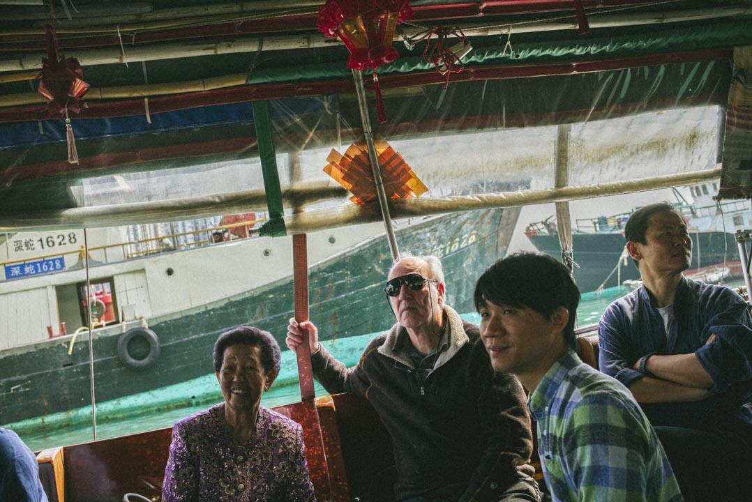跟何細妹及昔日疍家漁民一同上了舢舨,繞過避風塘裏停泊的漁船和私家遊艇,進入外海。