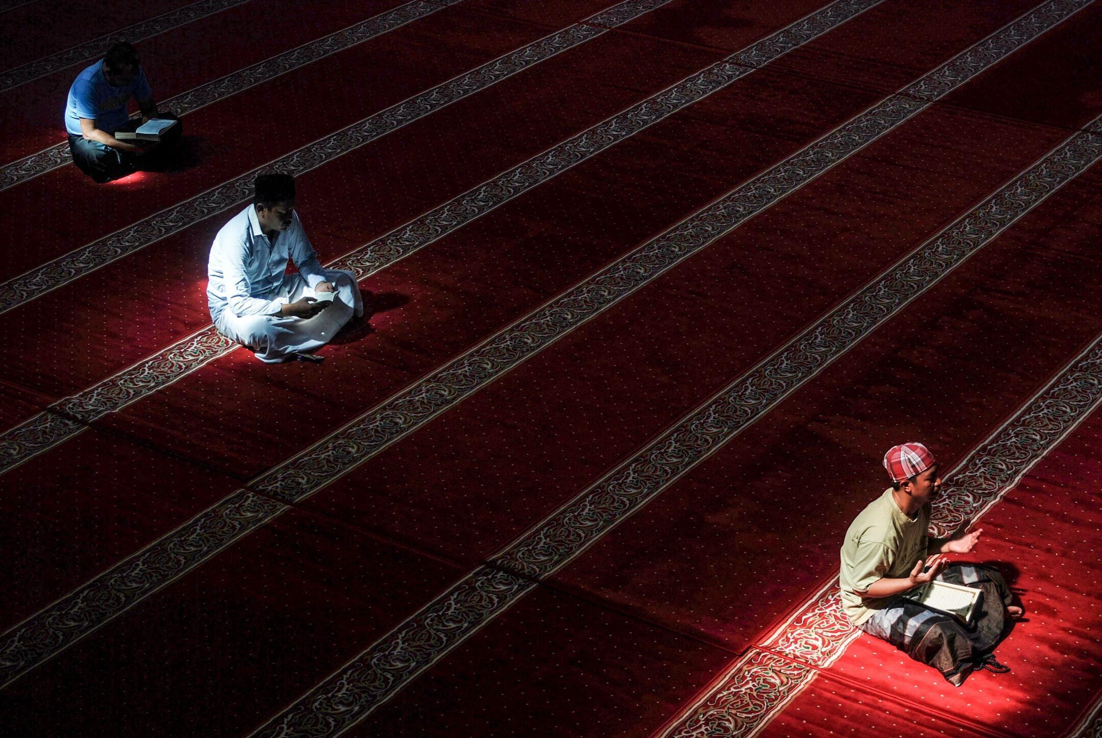 2018年5月23日,伊斯蘭齋戒月,印尼伊斯蘭教徒在西爪哇萬隆市的一家清真寺內讀可蘭經。