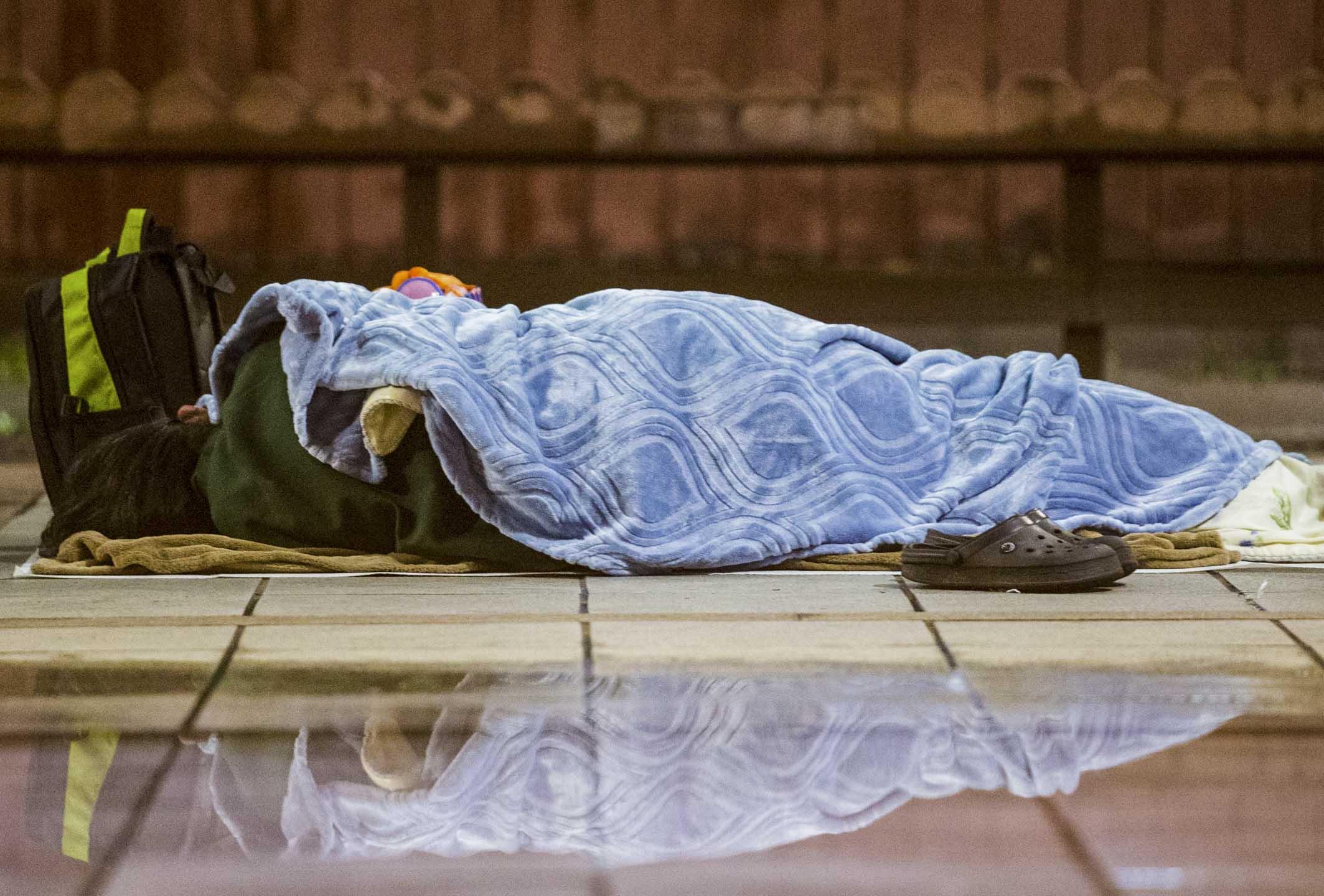 流浪體驗營由長期關注、服務街友的芒草心協會主辦,希望透過實際看見、體驗無家者的生活樣貌,進而認識、同理無家者的處境。圖為街上的一名無家者。 攝:Imagine China