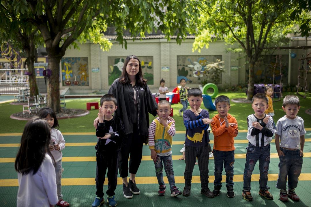 埋葬了富新二小的女兒以後,熊遠英幾乎把全部精力投入月芽幼兒園,現在,這家民辦幼兒園有200多個學生。