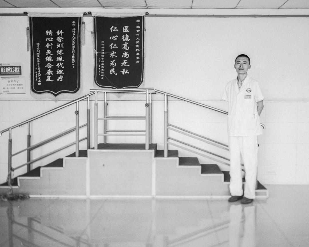 於佔東,33歲,內蒙古人,原在大慶油田總醫院康復醫學中心工作,震後辭職赴川,成為香港福幼基金會志願者,幫助地震傷員做康復訓練,後加入綿竹人民醫院康復科,留川至今。