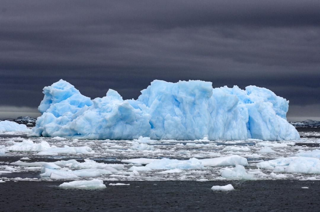 南極洲是世界上最後一塊沒有國家的大陸。1959年《南極條約》(The Antarctic Treaty)凍結了各國對南極土地的主權要求。目前,各國在南極的活動主要是科研,實際的「利益收割」只限於還不甚發達的旅遊業。但隨着「變現」的可能性越來越大,《南極條約》不可能「永續」下去。