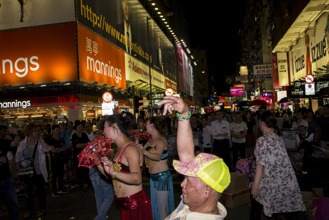 穿著性感舞衣跳舞的女士。