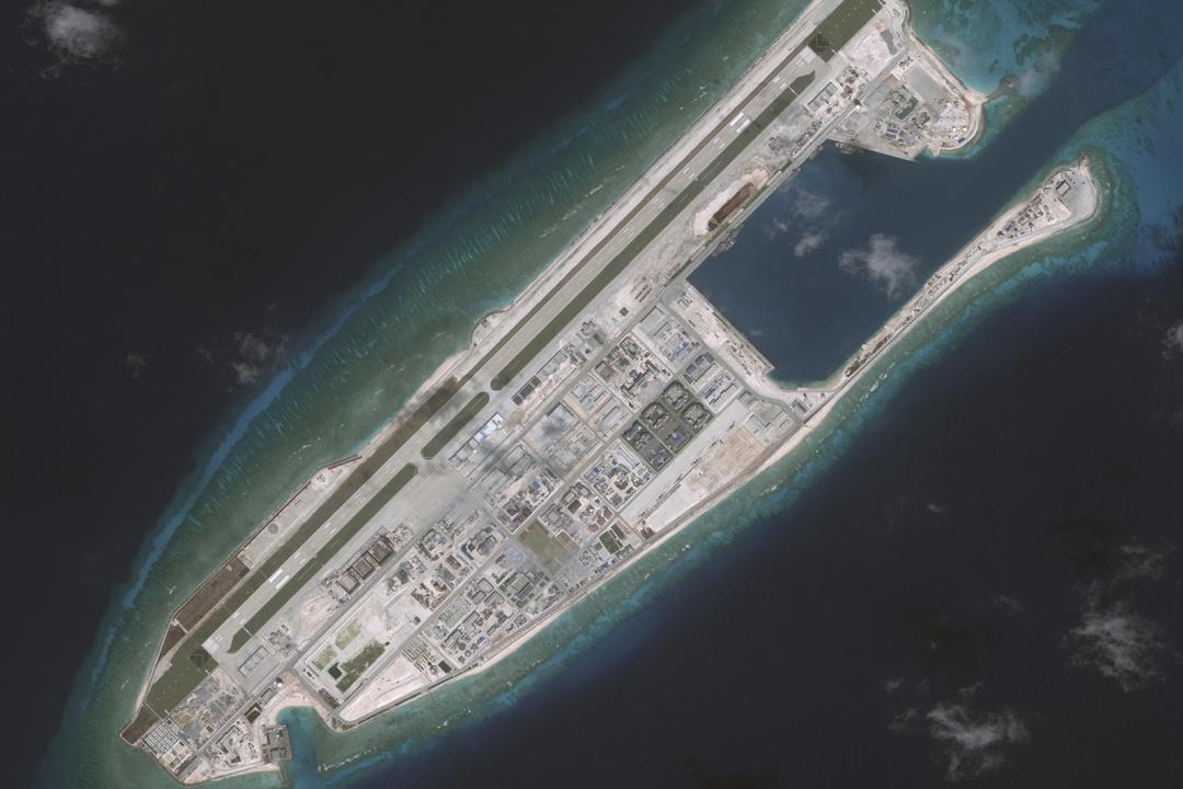 美國 CNBC 引述美國情報消息報導,中國大陸過去30天在南沙群島三個島礁部署導彈。圖為美國私人衛星圖像公司 DigitalGlobe 於2016年11月10日拍下的南沙群島永暑礁衛星圖片。 圖片來源:DigitalGlobe via Getty Images