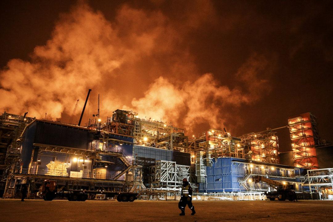 中國與俄羅斯等在2013年啓動Yamal液態天然氣工程(Yamal LNG),俄羅斯佔50.1%股份,中國資本佔29.9%,法國資本佔20%。此工程的目標是開發鄂畢河北冰洋出海口附近的近海天然氣,並開發航道運回亞洲。