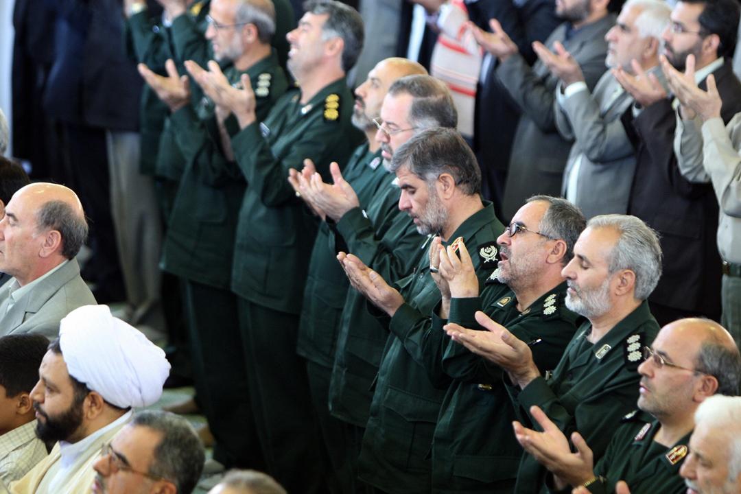 華府日前宣布退出伊朗核協議後,財政部隨即公布新一輪制裁措施,其中針對伊朗革命衛軍(IRGC)的海外行動特種部隊「聖城軍」(Quds Force),冀截斷革命衛隊用以介入敘利亞內戰等地區問題的資金。圖為參加伊斯蘭禱告活動的數名革命衛隊高層官員。 攝:Atta Kenare / AFP / Getty Images