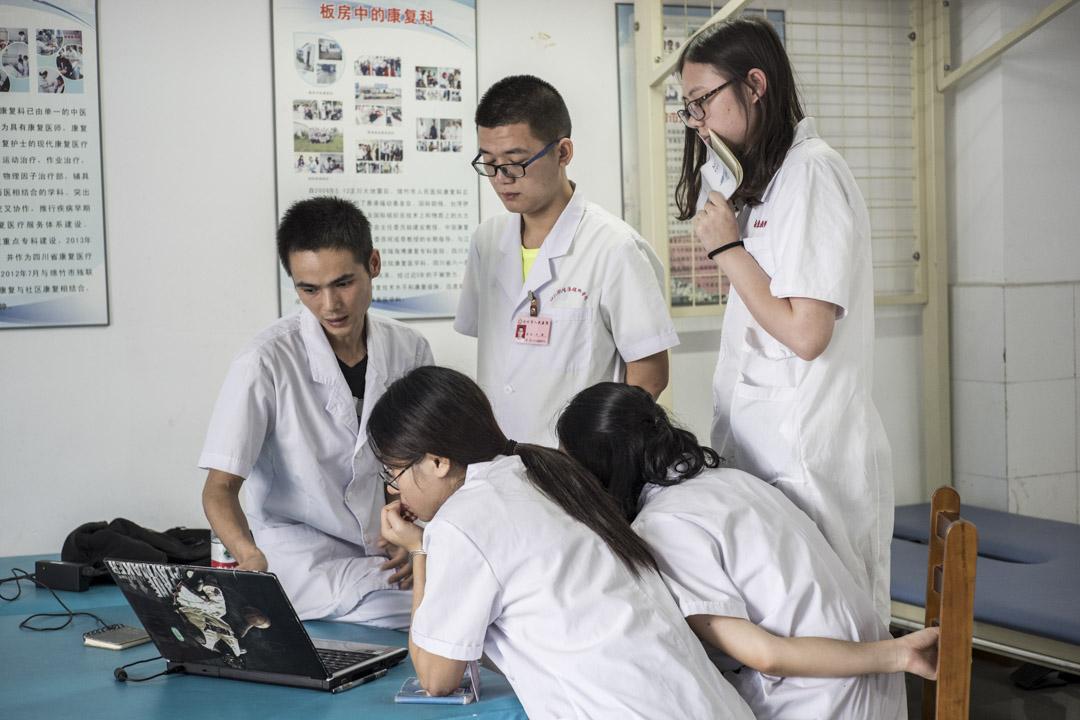 在綿竹市人民醫院,一群康復治療師正在會診。