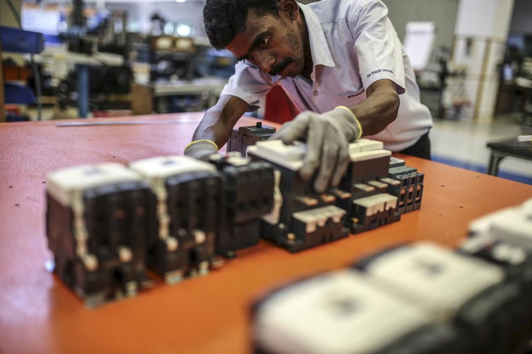 在莫迪上台後,與中國的習政權如出一轍,同樣有着對國家未來的宏大藍圖。印度的目標之一是到2025年提高本土製造業的份額,大約從15%到25%。計劃成功與否,將影響印度的未來與莫迪政府的生存。