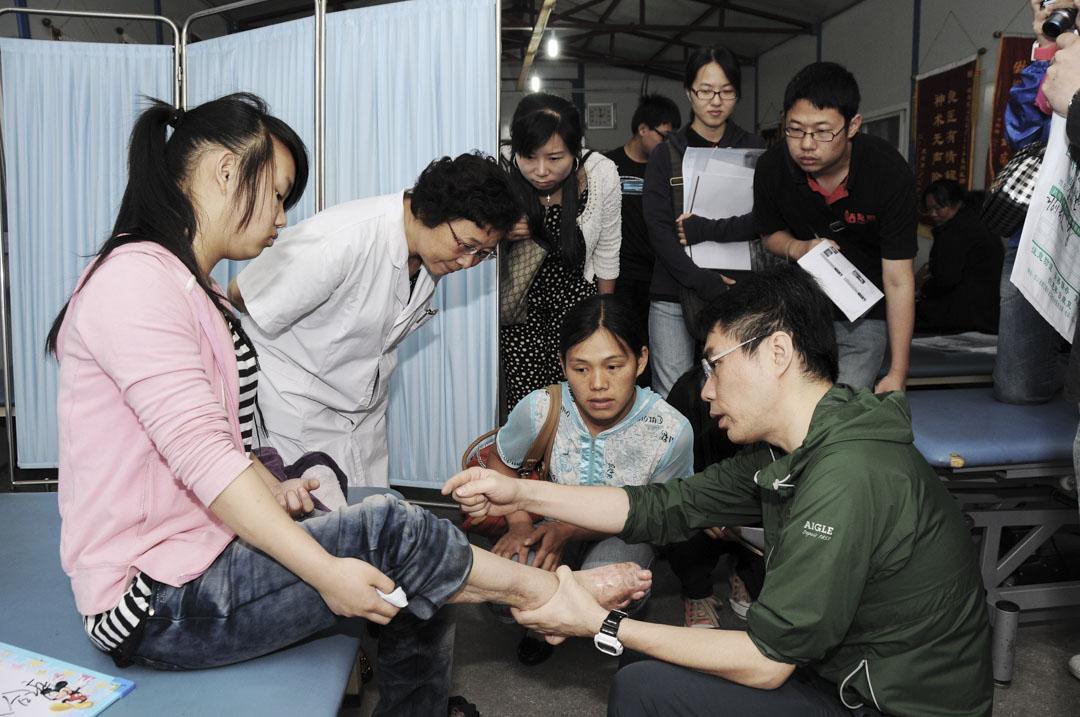 越早提供康復訓練,傷員往昔功能的恢復機率就越高。川震之後,羅尚尉醫生(右一)和一群骨科醫生、物理治療師趕到四川,評估傷員情況。