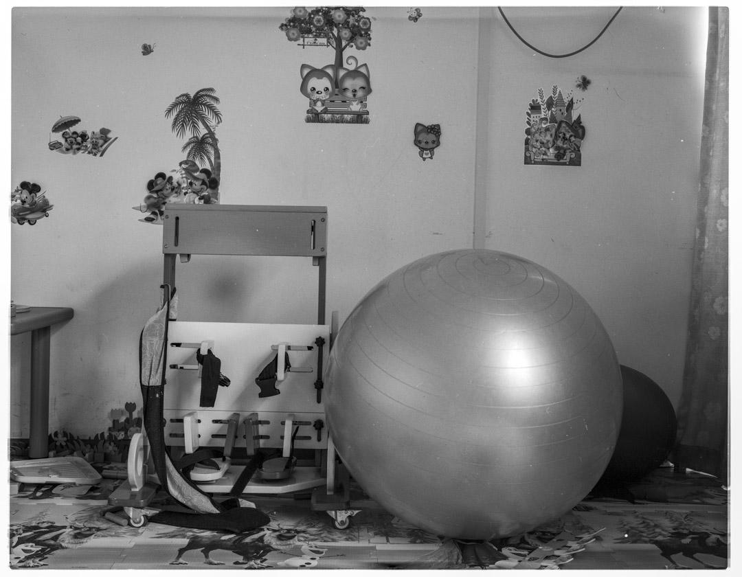 兒童專用站立架與Bobath球,左邊的站立架幫助兒童進行站立訓練,而Bobath球幫助兒童進行核心肌肉群力量訓練,以及恢復平衡能力。