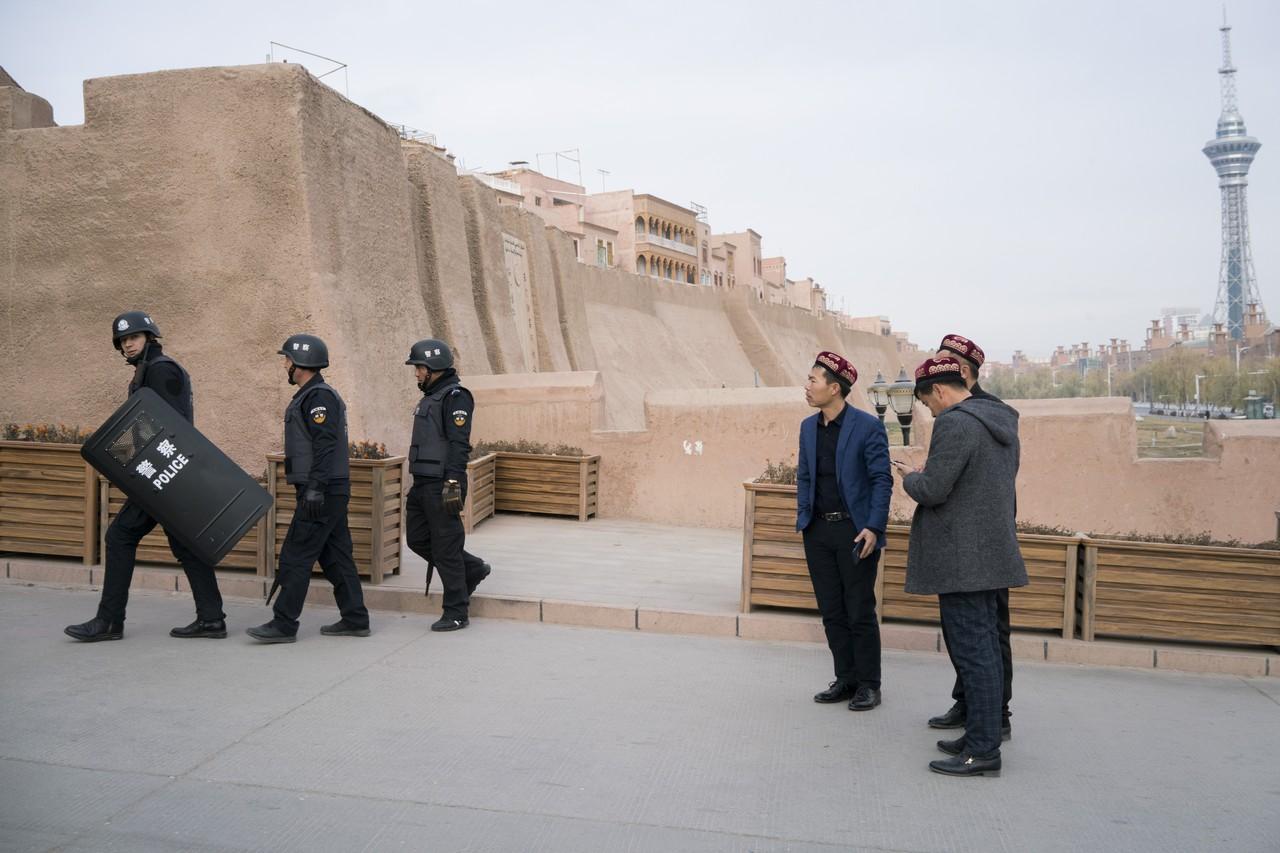 靠近中國與吉爾吉斯斯坦邊境的喀什噶爾,警察和當地人站在老城正門前。