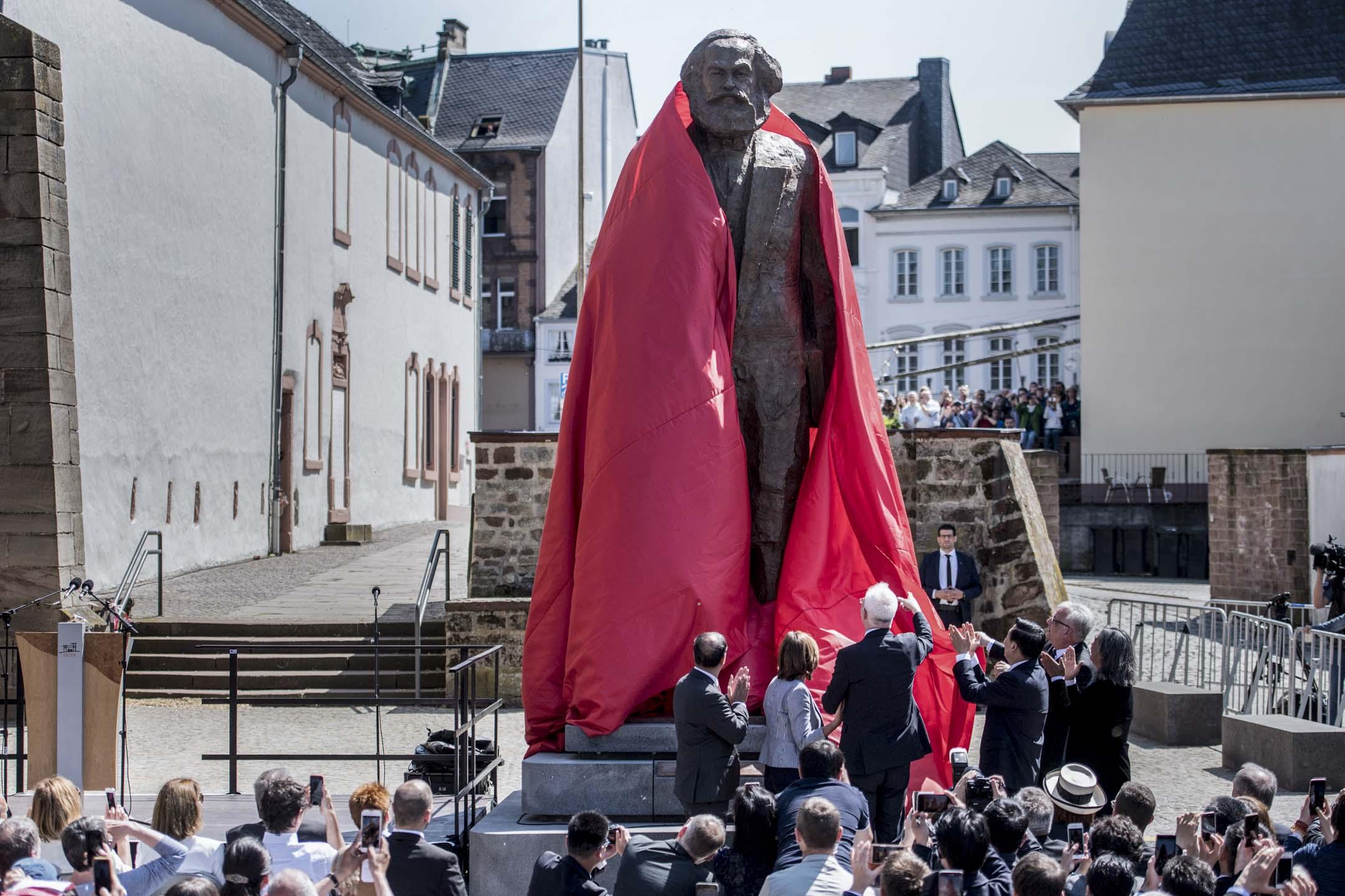 2018年5月5日,中國為紀念「共產主義之父」馬克思誕辰200周年,向其德國故鄉特里爾(Trier)贈送的一座高5.5米巨型雕像。中德雙方不同界別人士及當地民眾、遊客逾千人出席開幕儀式。 攝:Thomas Lohnes/Getty Images