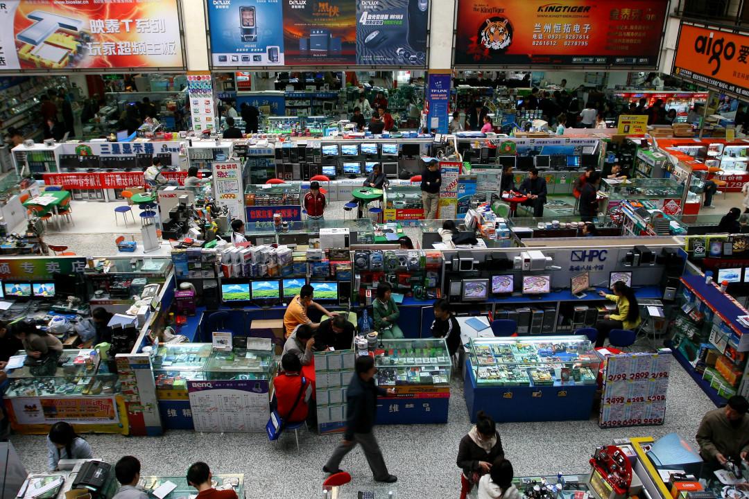 2018年5月29日,美國白宮發布聲明指,將採取多種措施保護本國技術與知識產權。圖為中國大陸電子商品市場。 攝:Cao Zhizheng/Getty Images