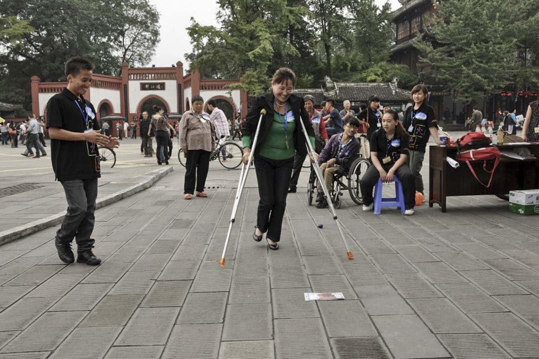 殘障人士最終都要與家人在社區裏過活,香港復康會希望「可以改變社區去幫助殘障人士,而不是教殘障人士怎樣上兩級樓梯」。圖為香港復康會在都江堰舉辦活動。
