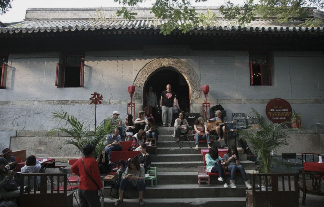「拆牆打洞」前,北京鼓樓附近的胡同裏「宏恩觀」奇特景象——不同群體的人們都能在這小小一方天地裏找到自己的位置,「你看別人的時候,你也成為別人的風景。」