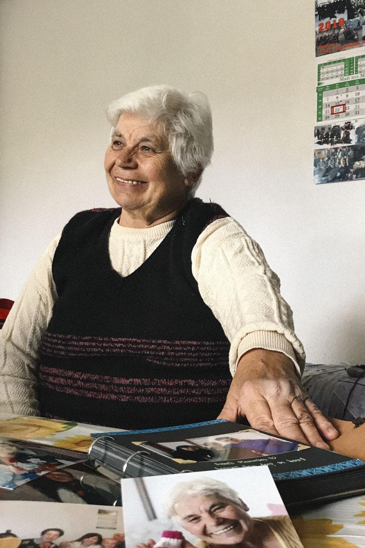 今年74歲的巴巴(Baba Dobi)作為與光明的第一個「接頭人」,成了許多媒體的採訪對象,光明曾給巴巴和她丈夫頒發證書,感謝她當年介紹酸奶的秘密。