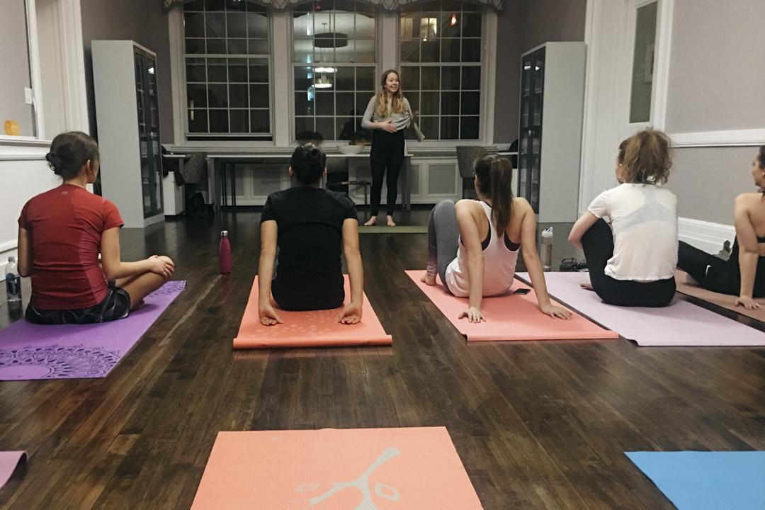 韋伯斯特(Webster Apartments)女子公寓的瑜伽課程。