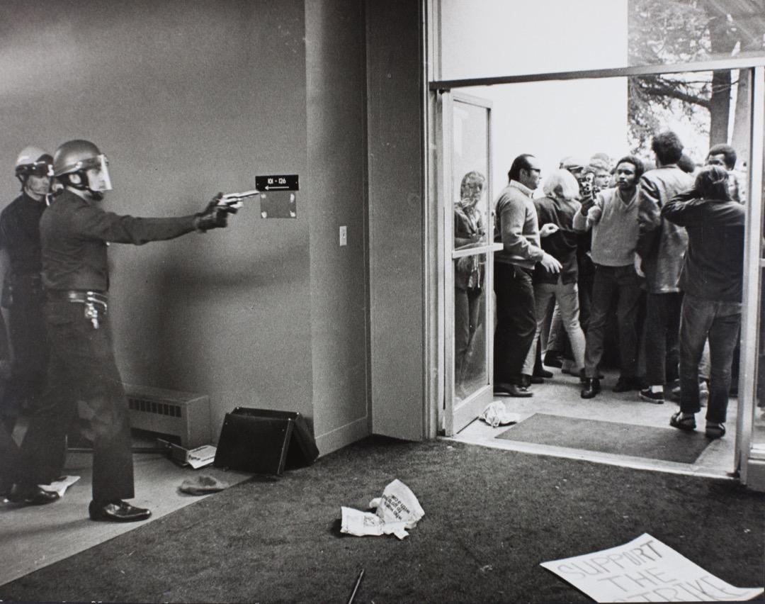 12月3日,美國加州三藩市州立大學,有學生發起反戰示威,警察到場維持秩序,期間有警員拔槍指向學生。