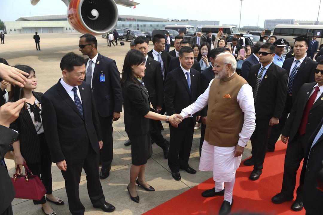 印度總理莫迪和中國國家主席習近平於4月27日至28日,在湖北省武漢舉行非正式會晤。這個外界看來突然的會晤,讓此間許多學者、中國觀察家以及智庫研究者感到意外。圖為2018年4月28日下午,印度總理莫迪結束訪華之旅,登上專機離開武漢。