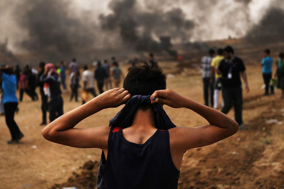 2018年5月14日,一名巴勒斯坦少年準備前往以色列邊界,參加大規模示威活動。 攝:Spencer Platt/Getty Images
