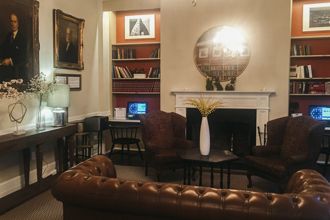 英格蘭風格的「求愛客廳(beau parlors)」。