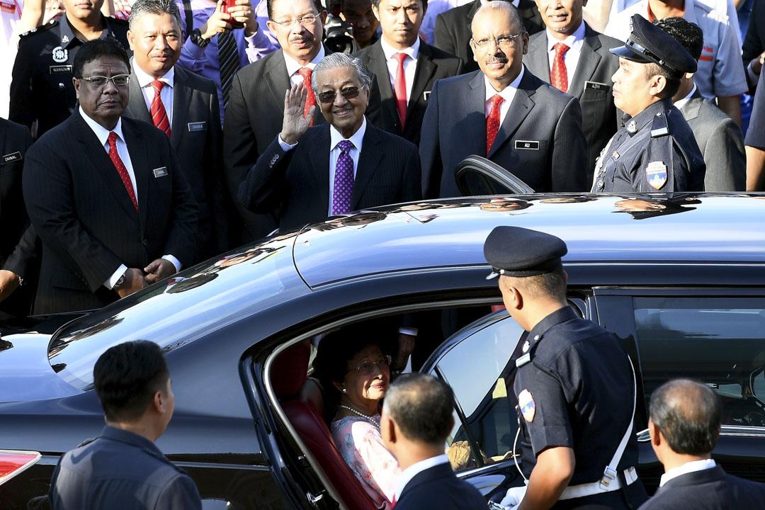 2018年5月21日,馬來西亞新當選的總理馬哈迪離開總理辦公室,微笑面向支持者。