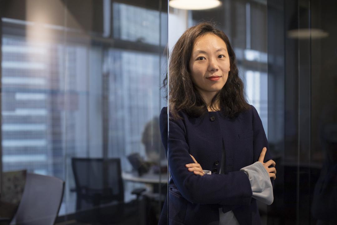 今年34歲的陳詩,她的同事都笑稱她是充滿「反差萌」的「御姐」,外表成熟冷峻,又不時流露可愛的一面。這位來自中國大陸的80後女生,其實對動漫和遊戲不太熱衷,她自言愛讀書和寫作,是在「誤打誤撞」中創辦了這間公司。 攝:Stanley Leung/端傳媒