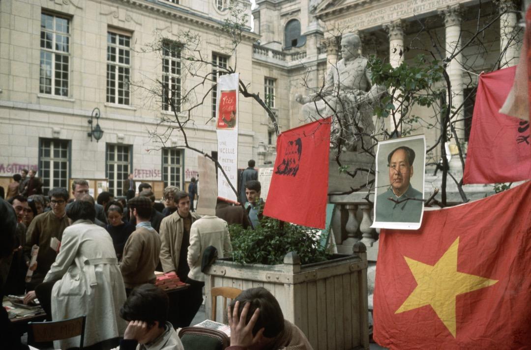 圖為法國「五月風暴」期間,學生罷課的現場,學生們高掛著毛澤東等的共產主義符號。 攝:Bettmann Archive via Getty Images