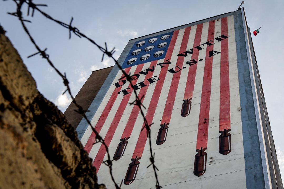 鮑克凡:美國退出伊核協議的事件近來醖釀已久,新任美國國務卿與國家安全顧問上任後,特朗普與他的鷹派內閣立即着手以強硬的方式對抗他們眼中的「萬惡之源」。圖為伊朗首都特克蘭的一幅反美塗鴉。 攝:Atta Kenare/AFP/Getty Images