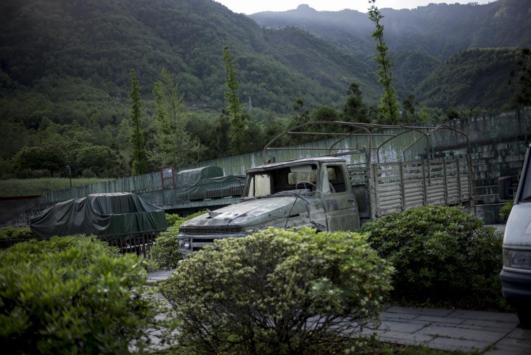 北川地震遺址的一隅,安放著十年前曾用於抗震救災的一輛車。