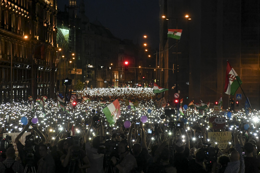 2018年4月21日,10萬名示威者連續第二個星期在匈牙利首都布達佩斯國會附近遊行,抗議剛連任的總理歐爾班(Viktor Orbán)期以來干涉司法獨立、操縱國營媒體進行偏向性宣傳,令他在本月初的大選中取得壓倒性勝利。 攝:Attila Kisbenedek/AFP/Getty Images