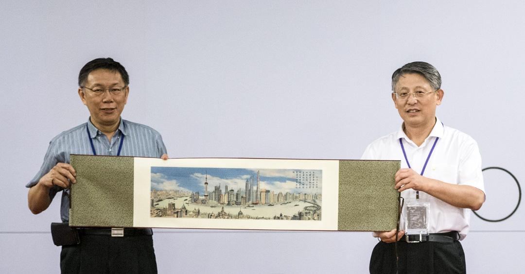 2016年8月22日,2016台北與上海的「雙城論壇」期間,台北市長柯文哲與上海市委常委、統戰部部長沙海林交換禮物。