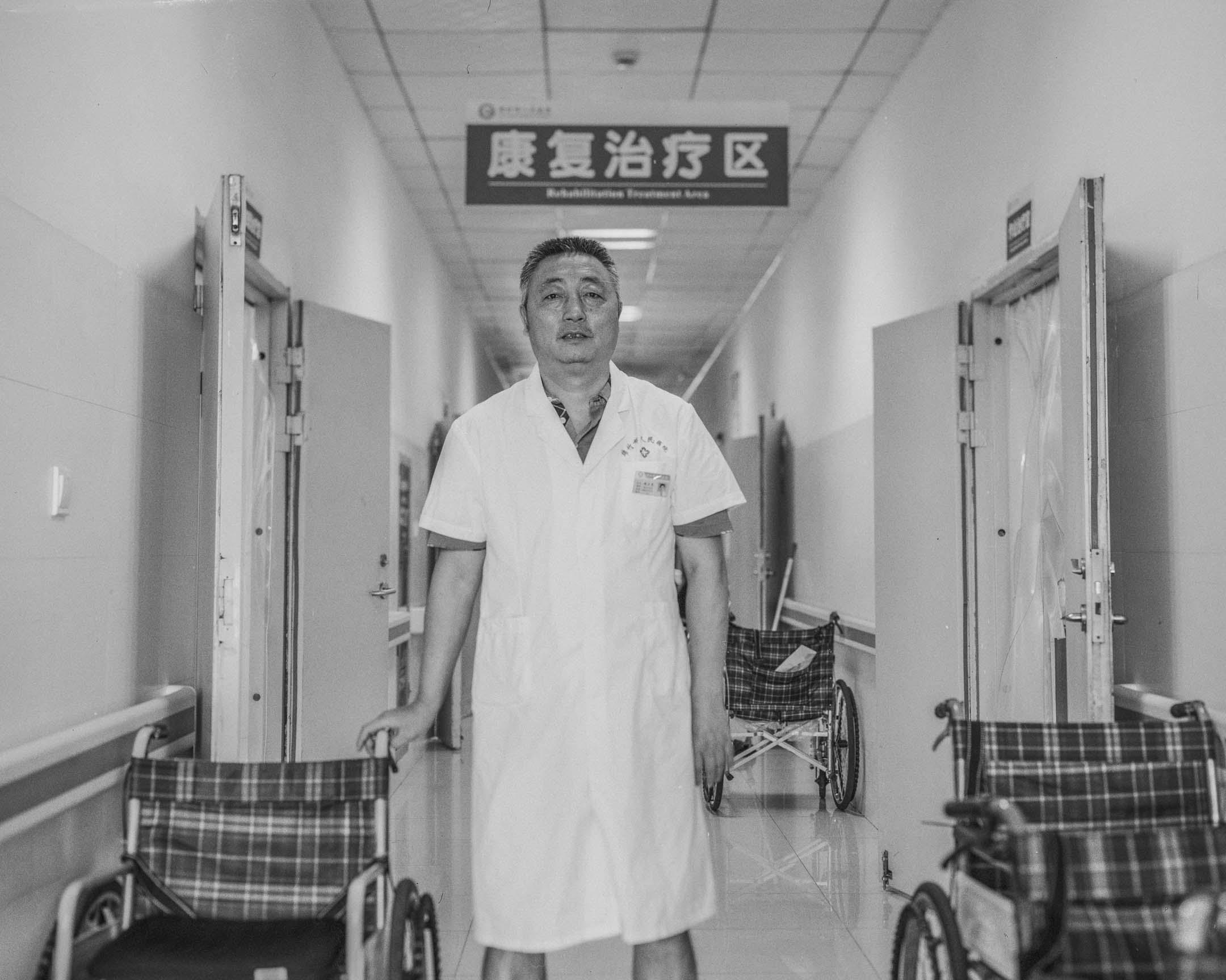 趙正恩,55歲,四川人,原綿竹人民醫院骨科醫生,震後在香港福幼基金會等機構的幫扶下籌建康復科,一年幫傷員做了737台二次手術,現為康復科主任。 攝:鄒璧宇/端傳媒