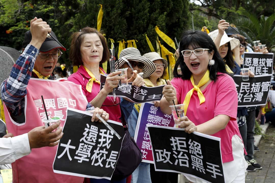 現場參與人士準備不同的示威標語。