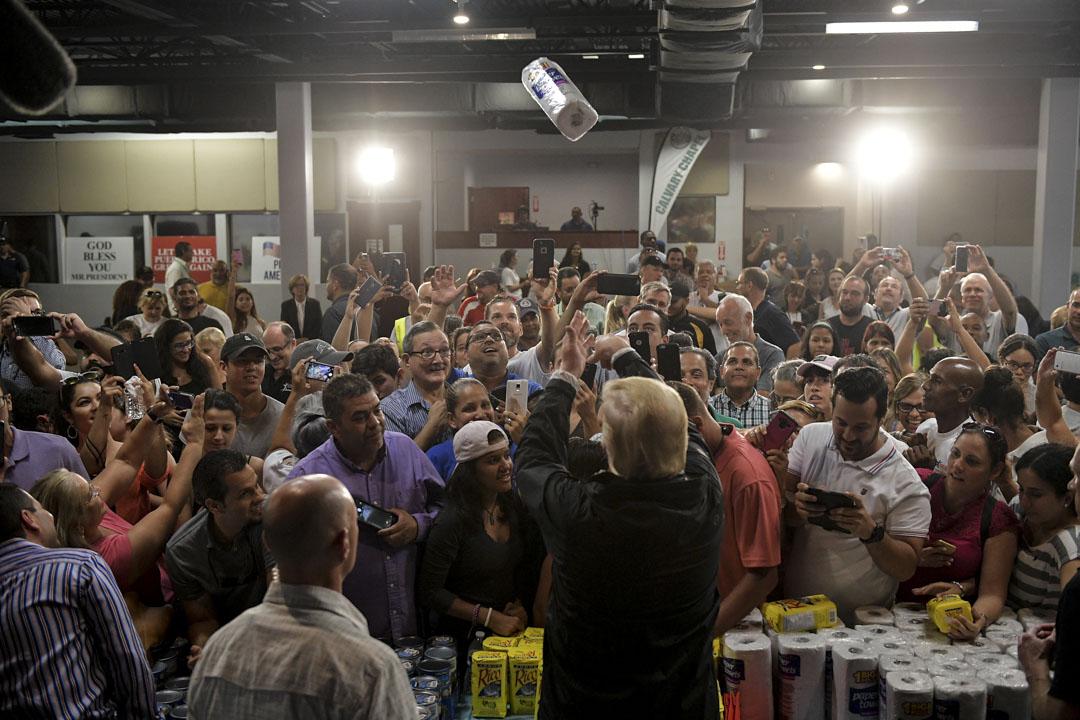 特朗普總統因對自由主義不滿而拒絕全球化,他的孤立主義觀點和「美國優先」(America First)主張,令美國變成它自己在二戰後建立的自由秩序的挑戰者。圖為2017年10月3日,特朗普訪問受颶風影響的波多黎各災區時,向現場人士拋出紙巾卷。