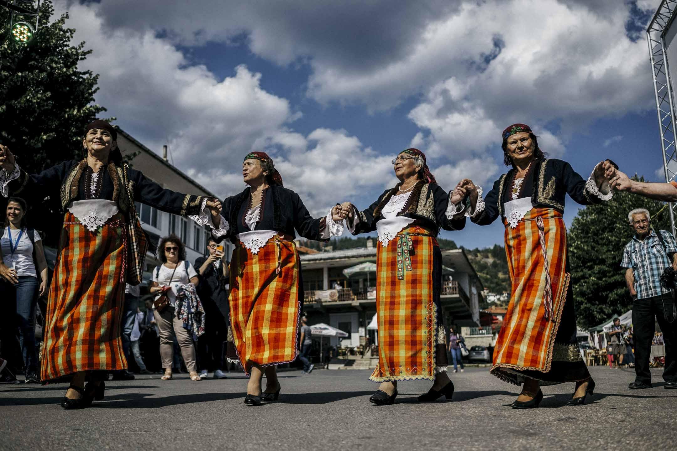 莫姆奇洛夫齊(Momchilovtsi)是東歐保加利亞深山裏的村落,住着1200人。因為中國的酸奶品牌--莫斯利安而為人熟知。圖為穿傳統服裝的保加利亞婦女在第三屆莫斯利安保加利亞國際酸奶文化節上跳舞。 攝:Dimitar Dilkoff/AFP/Getty Images