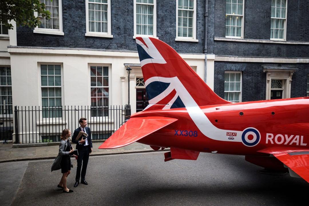 2018年5月23日,英國倫敦,唐寧街10號首相府門外停泊了一隻皇家空軍「紅箭頭」飛行表演機,慶祝皇家空軍成立100週年。