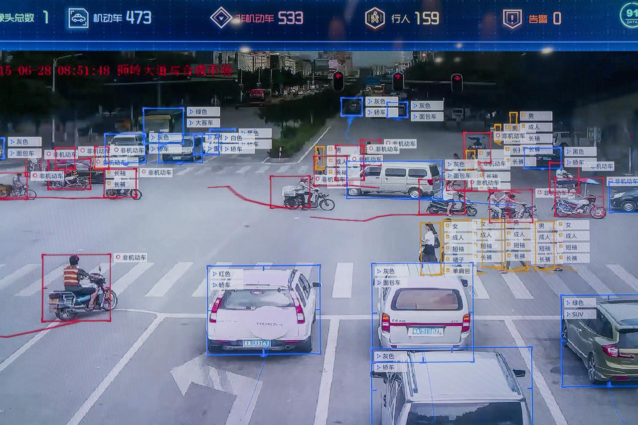 商湯科技開發的軟件掃描城市人行橫道,行人和車輛信息會以表格形式顯示。 攝:The Wall Street Journal