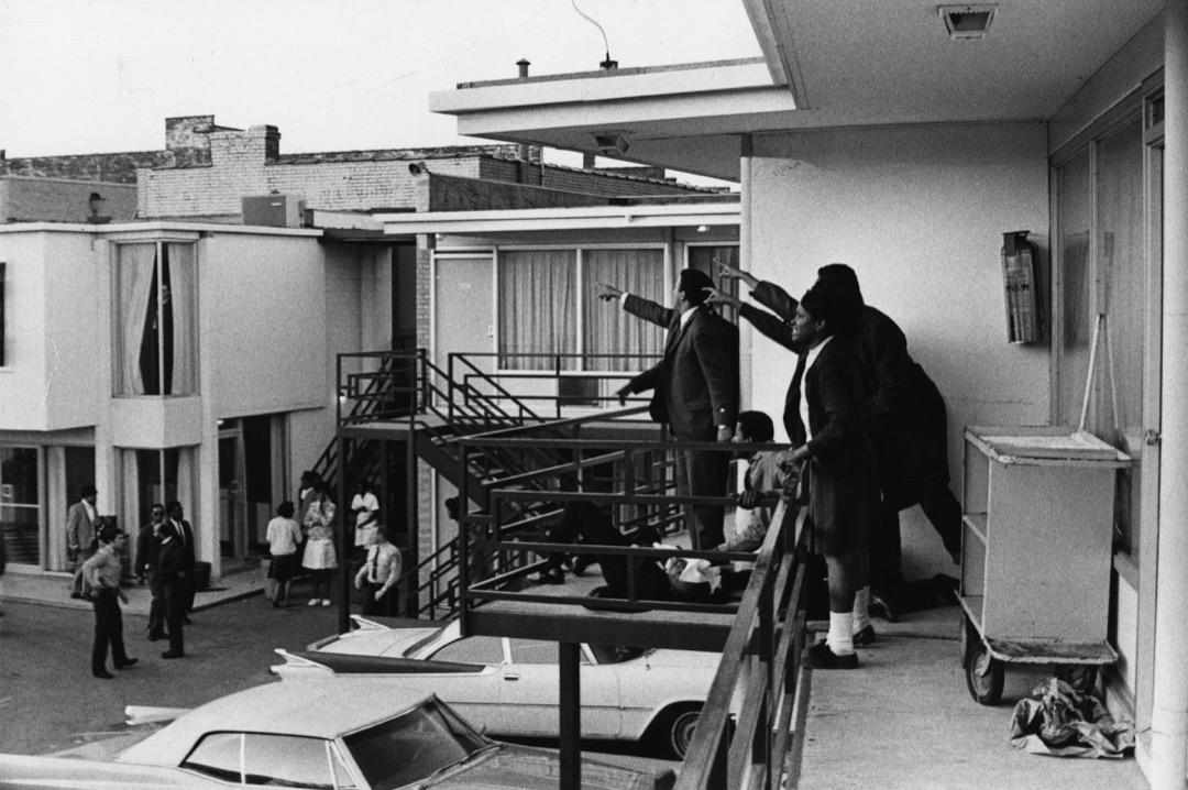 4月4日,美國非裔美國人民權運動領袖馬丁·路德·金在美國田納西州孟菲斯市洛林汽車旅館外遇刺倒地,隨行的同伴紛紛指向槍手的方向。