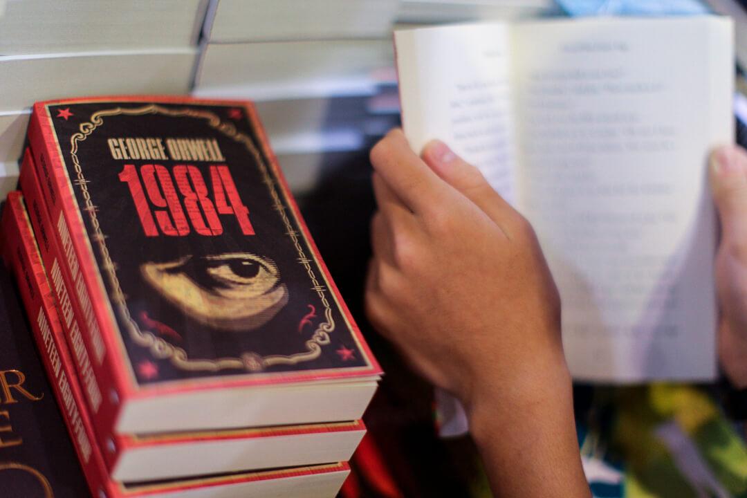 美國駐華大使館今天在新浪微博上載白宮日前批評中方的「奧威爾式胡言亂語」聲明中文版全文,引起大陸網民熱議。圖為英國作家喬治.奧威爾(George Orwell)小說著作《1984》。 攝:Aaron Tam / Getty Images