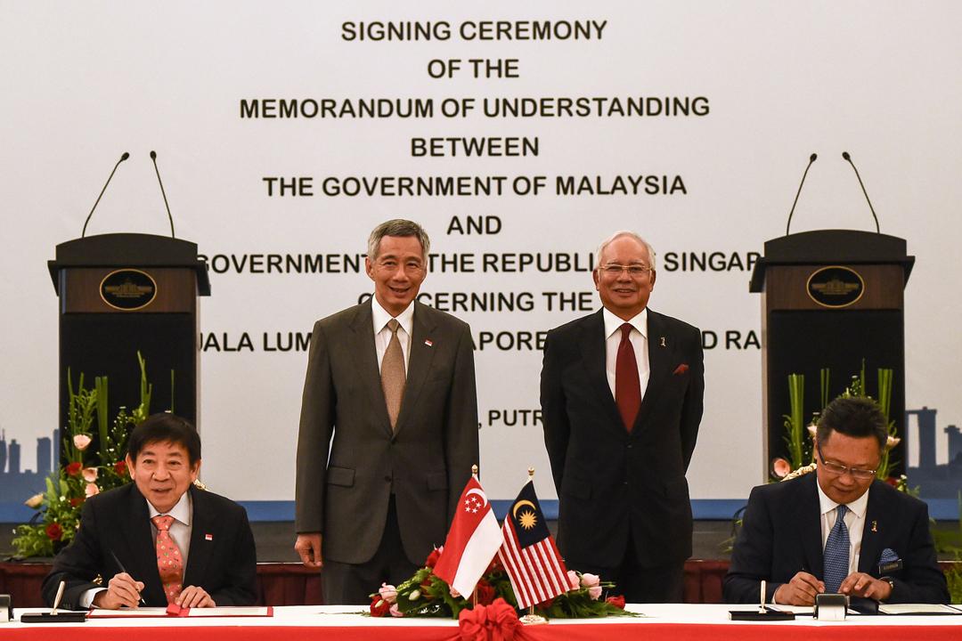 馬來西亞新任首相馬哈迪(Mahathir Mohamad)宣布取消興建馬新高鐵,以節省政府開支。圖為2016年7月19日在吉隆坡,時任馬來西亞首相納吉(Najib Razak)與新加坡總理李顯龍出席儀式,見證兩國官員就合作興建馬新高鐵簽署協議。 攝:Mohd Rasfan / AFP / Getty Images