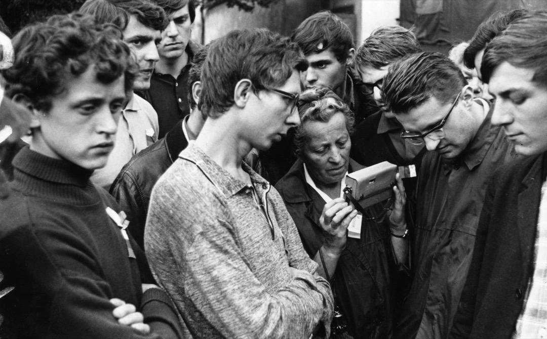 8月26日,一群捷克百姓在收音機裏收聽關於蘇聯入侵布拉格的最新消息。