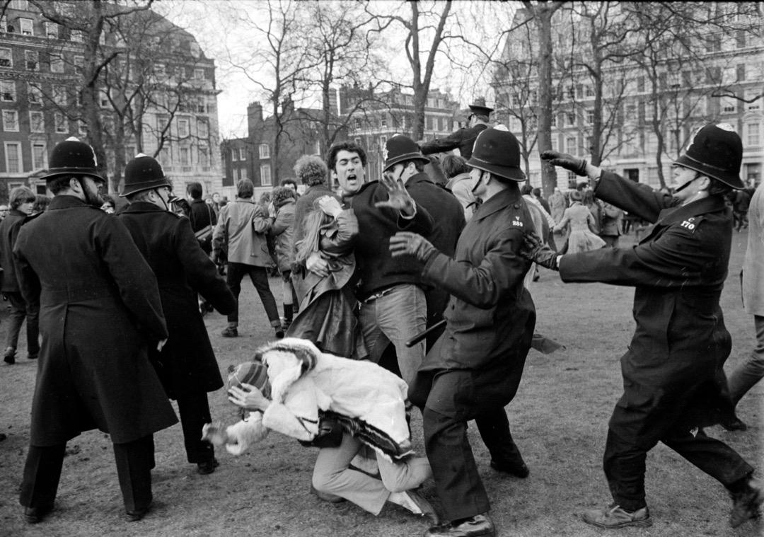 3月17日,英國倫敦,反越戰示威者在美國領事館外的格羅夫納廣場示威,抗議美國參與越戰。示威演變暴力衝突造成91名警員受傷,200名示威者被捕。