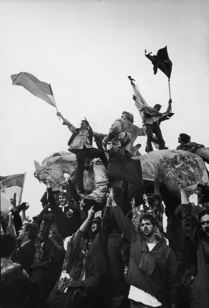 8月1日,美國民主黨全國大會在芝加哥市舉行,反越戰示威者在會場外抗議,有示威者攀上公園的石像上揮動旗幟。