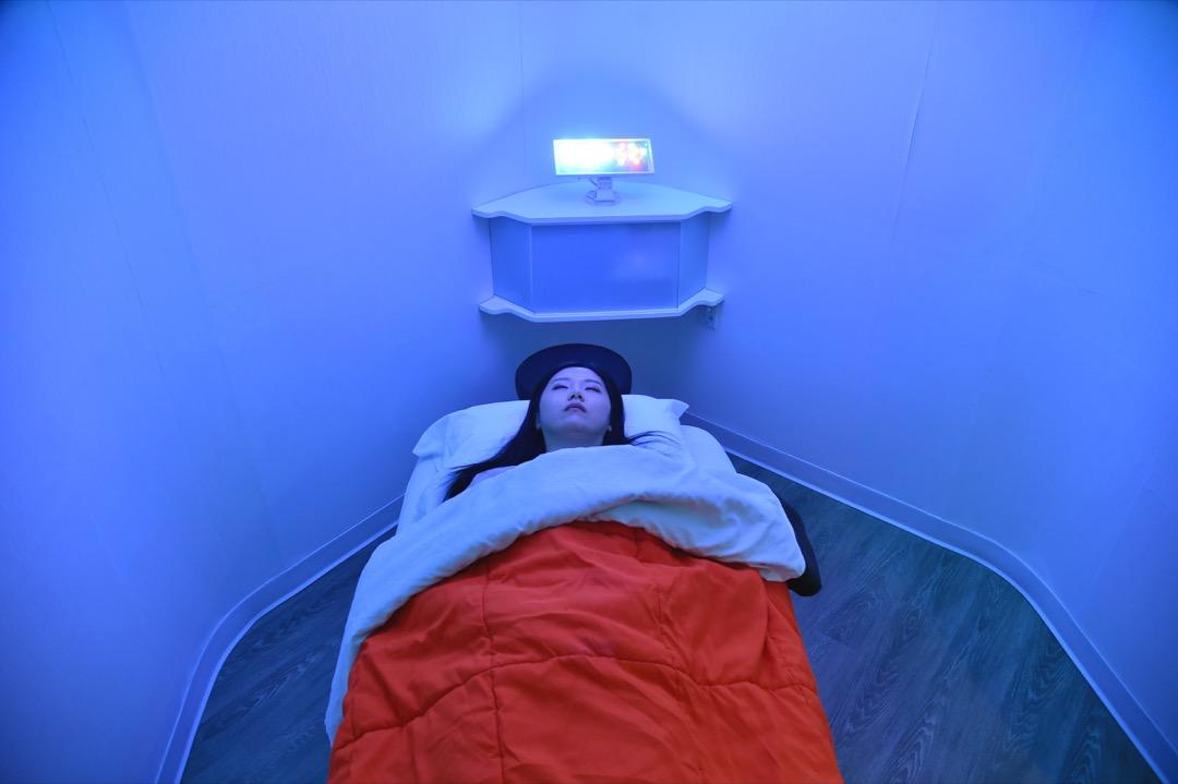 2018年5月1日,美國紐約,Laura Li 在一家艙室酒店內預備進睡。YeloSpa 是一家專門為生活繁忙的紐約客而設的艙室酒店,提供空間及小吃等,讓在紐約工作的人有地方能在百忙之中抽空休息。