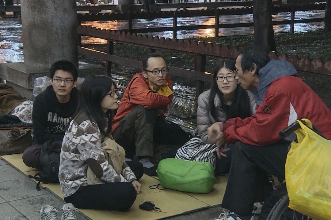 小組成員細心聽著元瑞低語分享自身的經歷故事。