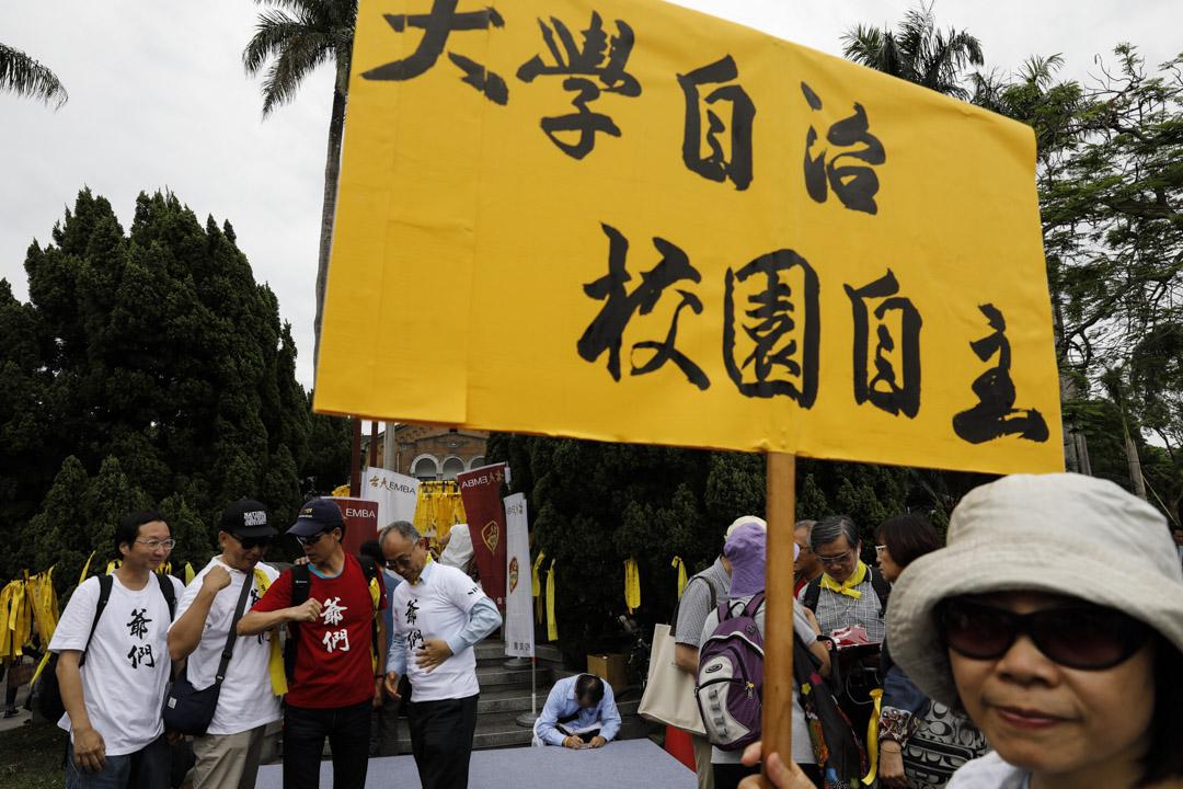 台大師生發起「新五四運動」,現在有不少年長人士出席。 攝:蕭茜晴/端傳媒