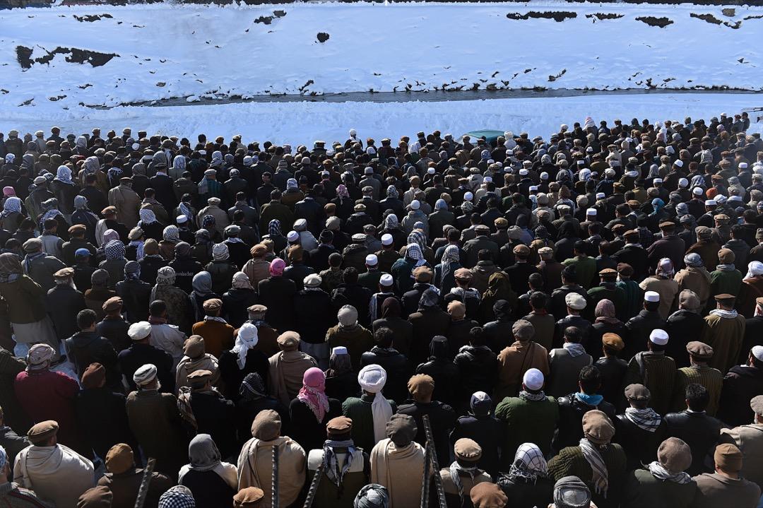 2015年2月26日,阿富汗中部偏北的潘傑希爾省的Khench地區,民眾出席追悼會紀念三百多名雪崩罹難者,此場災難為阿富汗三十年來最嚴重的雪崩。