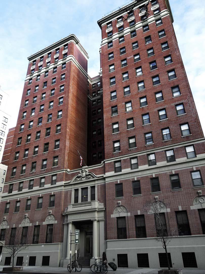 韋伯斯特(Webster Apartments)是一棟地處曼哈頓心臟位置的公寓。34街與第9大道交界,走路10分鐘以內就能到帝國大廈、時報廣場、賓夕法尼亞車站。
