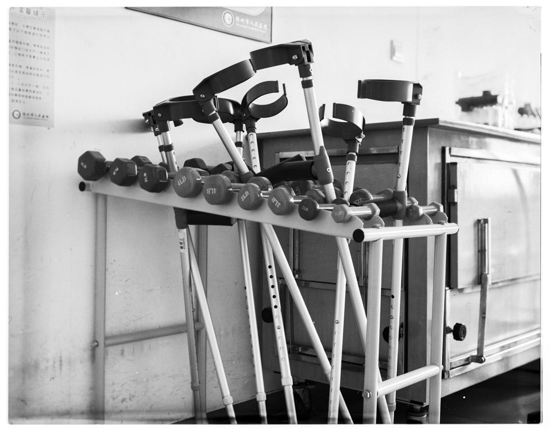 前臂枴杖和啞鈴,前臂枴杖用於步行訓練輔助具,啞鈴是肌力訓練輔助具。